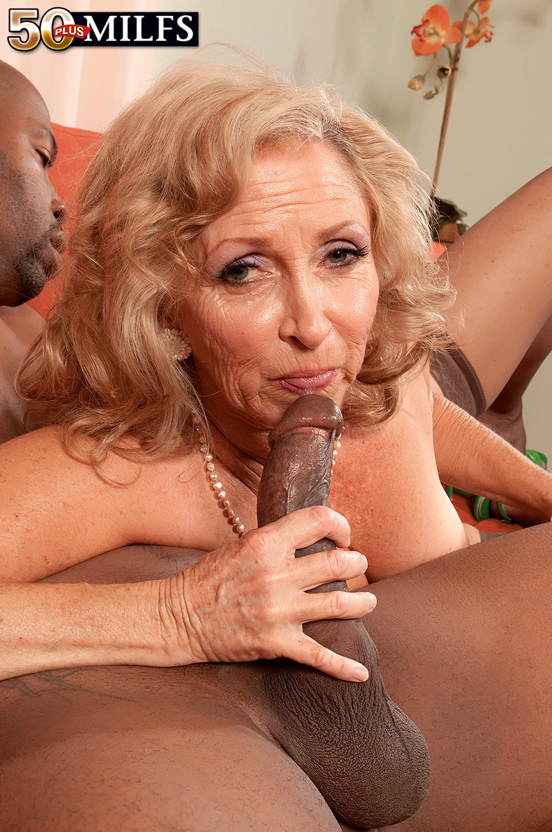 Старая старая шлюха отсасывает онл порн